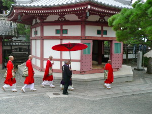 monks at zenkoji temple nagano japan @ journeylism.nl