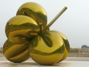 Jeff Koons Chateau de Versailles France front gate @ journeylism.nl
