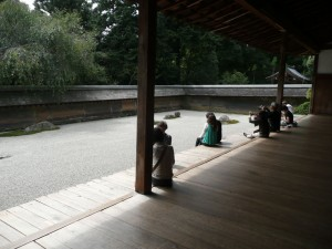 people meditating ryoanji zen garden kyoto @ journeylism.nl