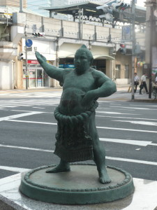 ryogoku sumo stables tokyo statue @ journeylism.nl